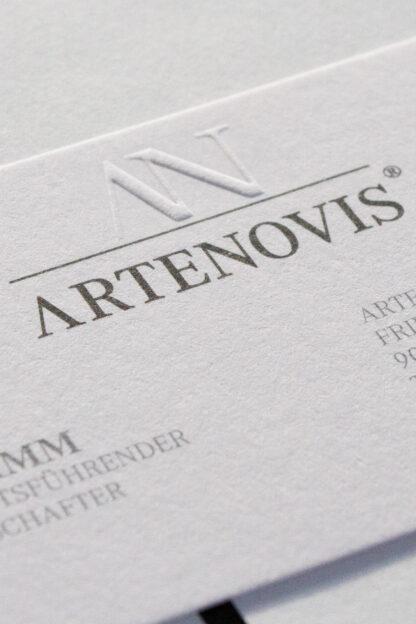 Signet Design geprägt mit Schriftzug Arte-Novis