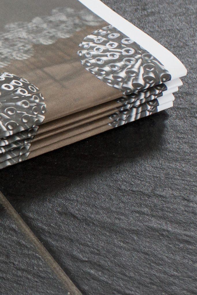Firmenmagazin mit 3D Design von Pusteblumen aus Schrauben