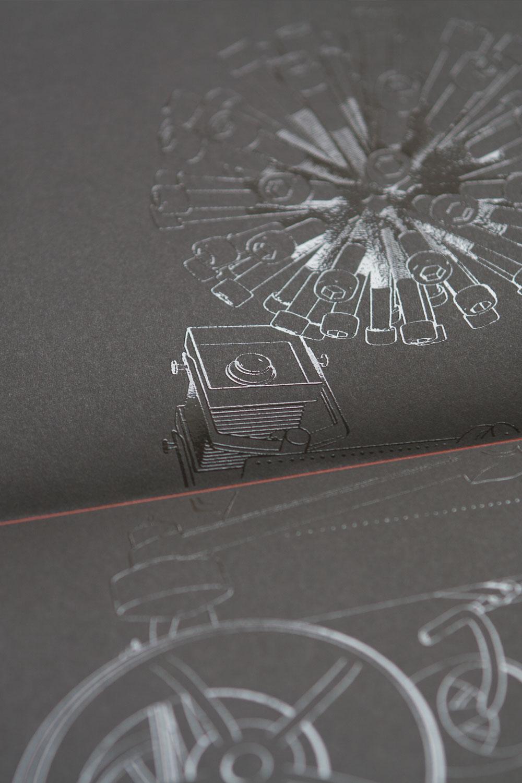 Relieflack lässt die wunderschönen Strichzeichnungen plastisch hervortreten